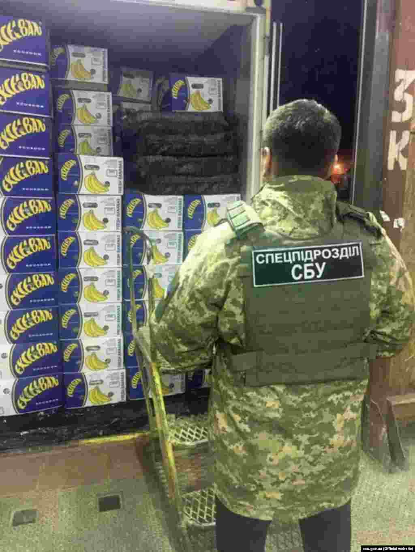 УКРАИНЕ - Украинската безбедносна служба (СБУ) соопшти дека заплениле пратка од јужноамрикански наркотици во вредност од околу 51 милиони долари.