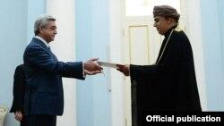 Президент Армении Серж Саргсян (слева) и посол Омана в Армении Юсуф Исса Али Аль-Задджал, Ереван, 25 февраля 2014 г. (Фотография - пресс-служба президента Армении)