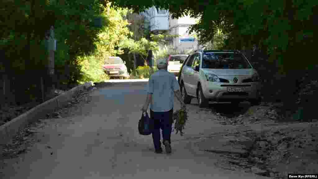 Житель дома № 1-А по улице Генерала Мельника идет выбрасывать мусор