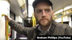 Бенджамін Стімсон бере участь у зйомках відео британського пропагандиста Грема Філіпса