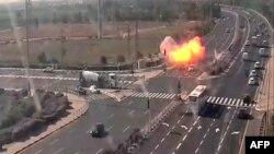 صحنه اصابت یک راکت به بزرگراهی در اسرائیل در روز سهشنبه