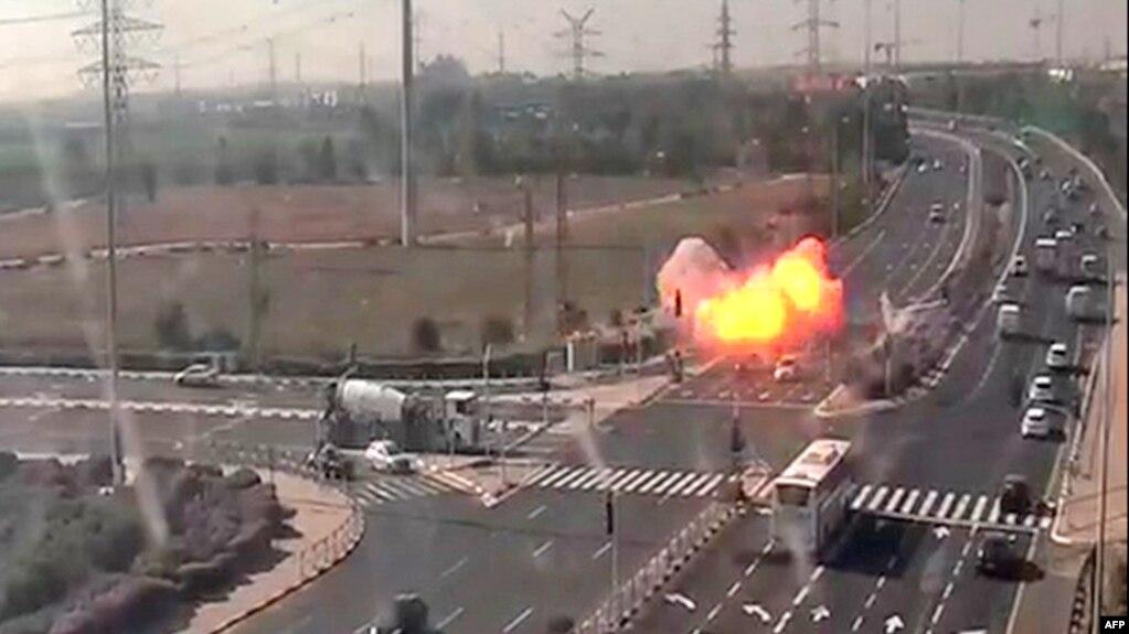 Момент попадания ракеты в шоссе в Израиле