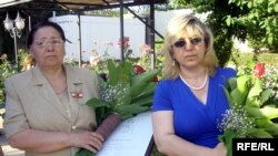 Mükafat alan tibb bacısı Umleyla Aslanova və Gültəkin Qafarovanın bacısı (sağda)