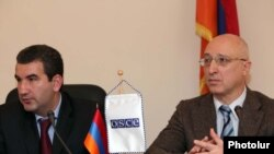Председатель Государственной комиссии по защите экономической конкуренции Армении Артак Шабоян (слева) и руководитель ереванского офиса ОБСЕ Сергей Капинос на пресс-конференции, 2 июня 2010 г.