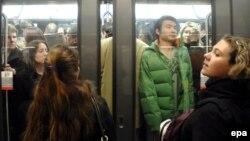 Париж метросындағы вагонда тұрған адамдар. (Көрнекі сурет.)