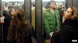 Пригородные жители втиснулись в вагон метро. Париж. Иллюстративное фото.