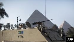 Եգիպտոս – Զինծառայողները դիրքավորվում են Գիզայի բուրգերի ֆոնին` Կահիրեում, 31-ը հունվարի, 2011թ.