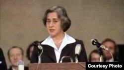 Елена Боннэр читает речь Андрея Сахарова. Осло, 1975