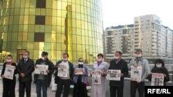 Казакстандык журналисттер көз карандысыз басма сөзгө карата жасалып жаткан кысымга каршы маал-маалы менен нааразылык акцияларын өткөрүп келет. Астана, 16-октябрь, 2010-ж.