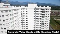 Пустующий жилой комплекс, построенный к Олимпиаде в Сочи. В нем сейчас живут лишь 7 семей