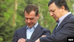 President Dmitry Medvedev and European Commission President Jose Manuel Barroso wait for the summit to begin.