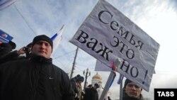 Protestë në Moskë kundër keqtrajtimit të fëmijëve rusë të adoptuar në Shtetet e Bashkuara