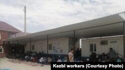 В Жанаозене рабочие компании «КЕЗБИ» прекратили работу, требуя улучшить условия труда и повысить заработную плату. 30 июня 2021 года