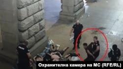 Кадър от охранителната камера на фасадата на Министерския съвет, запечатал как полицай хвърля заключения с белезници Тони Липошлиев върху останалите задържани на 10 юли 2020 г.