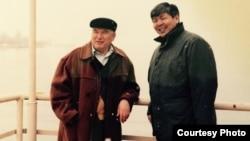 Рысбек Абдылдаев жазуучу Чыңгыз Айтматов менен.