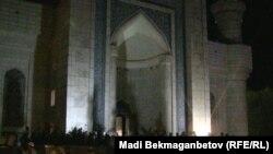 Қадір түніндегі орталық мешіттің алды. Алматы, 15 тамыз 2012 жыл. (Көрнекі сурет).
