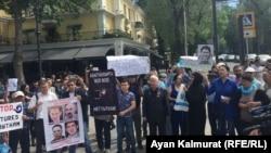 Участники акции протеста в поддержку политических заключенных. Алматы, 10 мая 2018 года.
