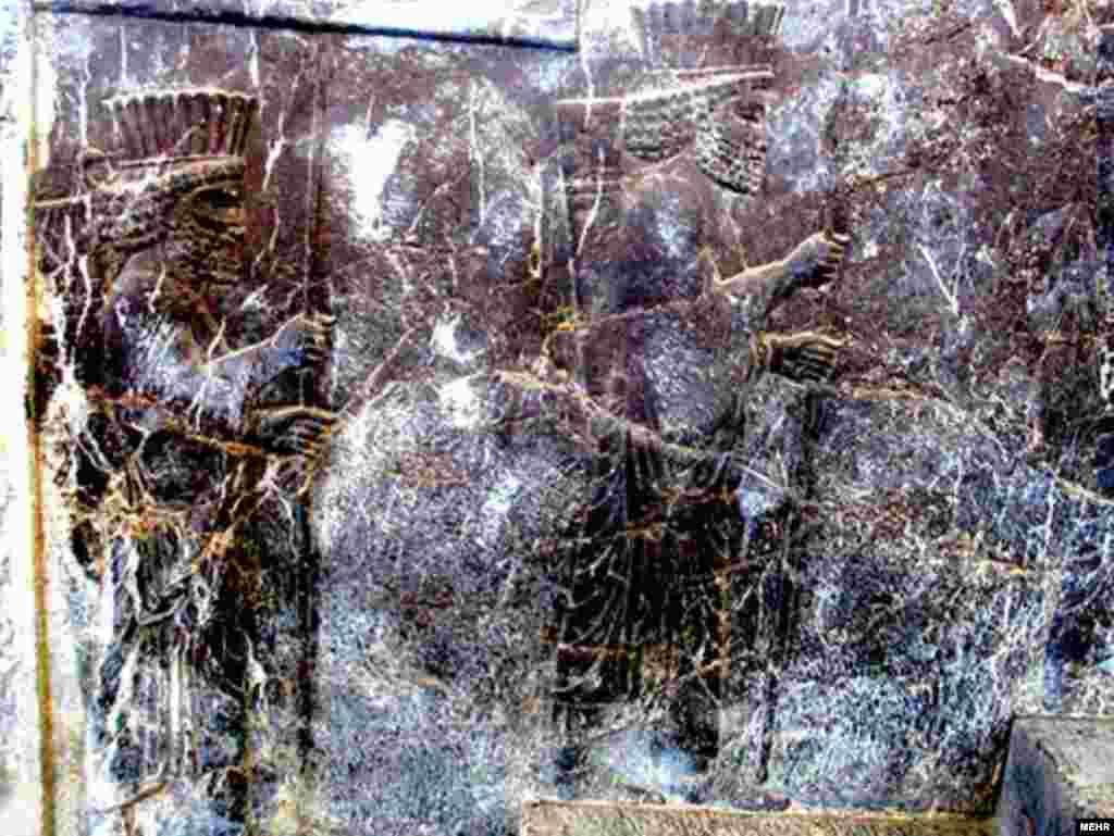 آثار شورهزدگی بر اثر نمکی که از سنگ خارج شده و مربوط به رطوبت است