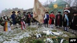 """Члены братства """"Salzwirker брудершафт"""" в традиционных платьях отмечают день рождения Фридриха Великого"""