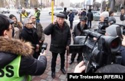Гражданский активист Нурлан Боланбаев выступает перед журналистами. Алматы, 22 февраля 2020 года.