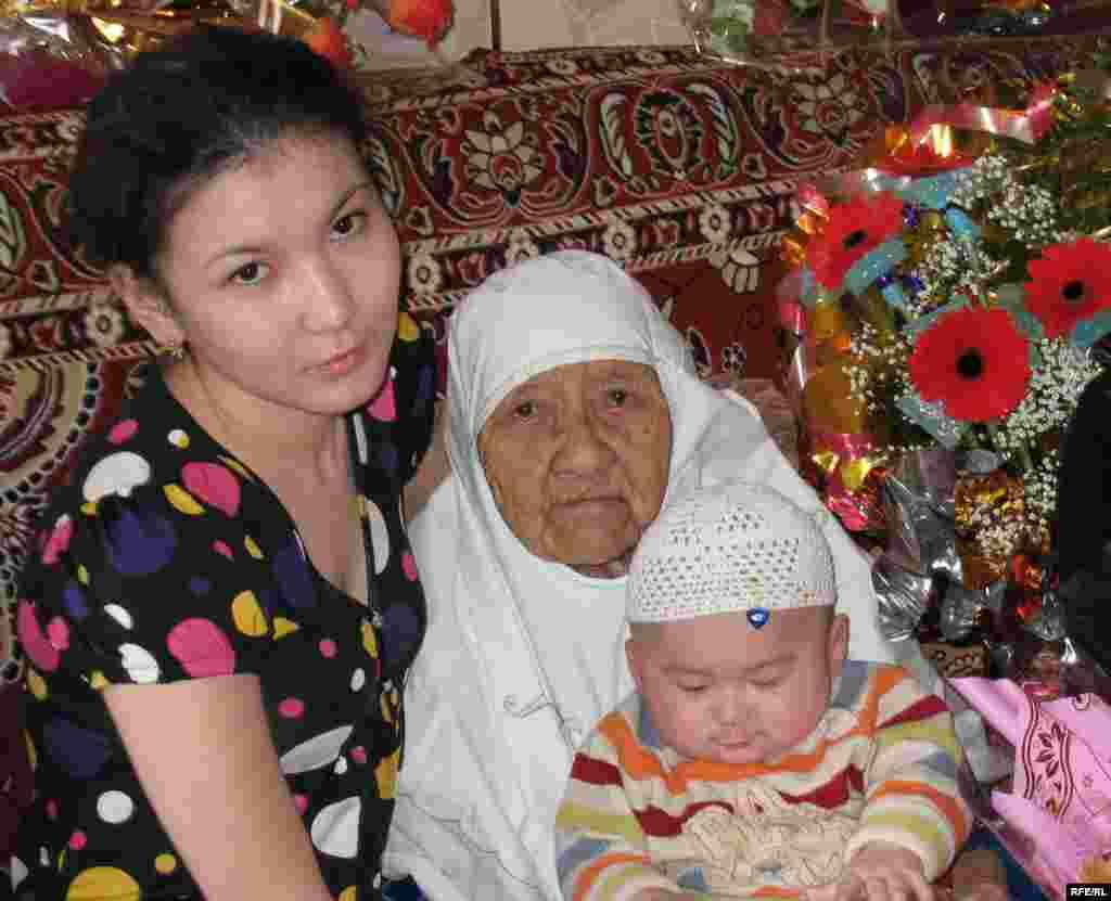 Сахан Досова с Айым, невесткой по линии правнука и праправнуком. Караганда, 27 марта 2009 года.