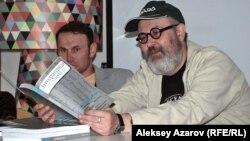 Московский писатель Олег Павлов презентовал номер российского журнала с произведениями казахстанских авторов. Алматы, 27 апреля 2013 года.