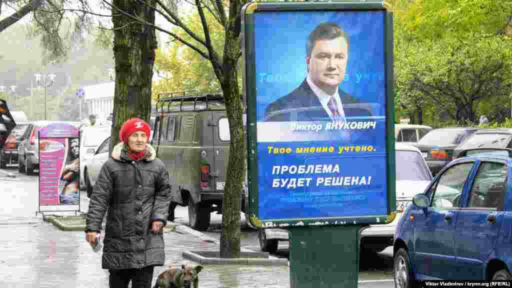 Оппозиционный на тот момент кандидат в президенты Украины Виктор Янукович был лидером в Симферополе, и в целом в Крыму, по количеству наружной рекламы