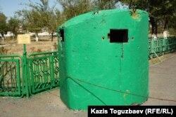 Дзот для круговой огневой обороны. Город Ушарал Алматинской области, 9 июня 2012 года.
