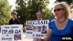 Родные и близкие тех, кто погиб в школе №1, уверены: за шесть лет правды о Беслане больше не стало