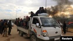 ملکیان سوری که مناطق جنگ زده را ترک میکنند.