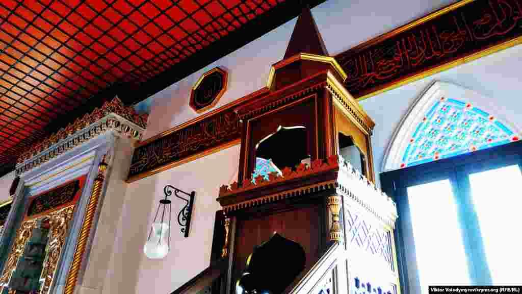 Ekinci qatta erkekler ve qadınlar içün eki ayrı ibadet odası bar. Er cuma künü mında cemaat namazı qılına