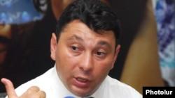 Вице-спикер парламента Армении Эдуард Шармазанов во время пресс-конференции (архивная фотография)