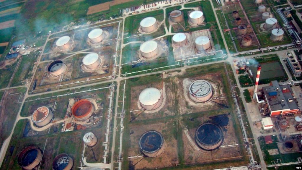 Fotografi nga lartësia e një rafinerie nafte në qytetin e Pançevës, afër Beogradit, 22 janar 2008.