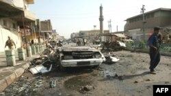 پلیسی در محل انفجار یکی از بمب ها در بغداد
