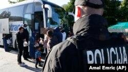 Problem je u unutardržavnim previranjima i politizaciji krize, navodi prvi čovjek MUP-a Federacije BiH Aljoša Čampara. (na fotografiji: izmještanje migranata iz sarajevskog parka u Salakovac)