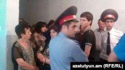 Իրավապահները Երեւանի ընտրատեղամասերից մեկում` 2012թ. մայիսի 6-ի խորհրդարանական ընտրությունների ժամանակ