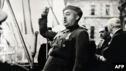 Генерал Франсиско Франко выступает с речью в Бильбао, 1939 год.