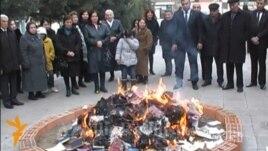 """Azerbaijan - Burning of Azeri author Akram Aylisli""""s books, Ganja"""