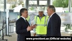 Владелец корпорации Акфа/Aртел Джахонгир Артыкходжаев (справа) считается одним из приближенных к президенту Шавкату Мирзияеву (слева) чиновников.