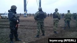 Правоохоронці намагалися відтіснити учасників акції блокади Криму від пошкоджених електоопор, які блокують активісти, 21 листопада 2015 року