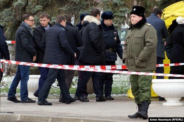 Украинская делегация перед зданием суда