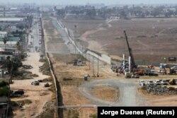 Строительство пограничной стены на границе США и Мексики в районе города Сан-Диего