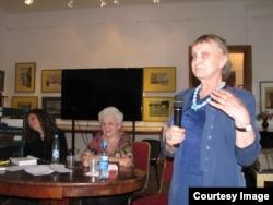 искусствовед Анна Каминская, знакомая С. Островской, выступает на презентации ее дневников. Фото Веры Шредер