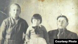 Said Bekirovnıñ qorantası ana-babası, tatası. Cenkten evel çıqarılğan resim. Qırım, 1934 s.