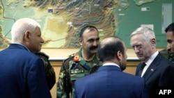 АКшын коргоо министри Жим Мэттис Ооганстандын расмийлери менен. Кабул, 24-апрель, 2017-жыл.