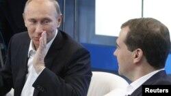 Prezident Dmitry Medvedev (sağda) və Baş nazir Vladimir Putin tərəfdarlarını hakim Vahid Rusiya Partiyasına dəstək verməyə çağırırlar. 1 dekabr 2011