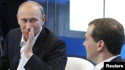 Претседателот Медведев и премиерот Путин