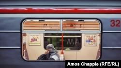 Fotografi nga një stacion i metrosë në Pragë, gjatë pandemisë