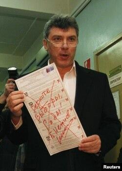"""Оппозиция вәкиле Борис Немцов үзенең сайлау кәгазенә """"Сайлауларны кайтарыгыз, хәшәрәтләр!"""" дип язып куйган"""