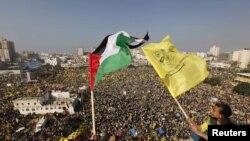 """2013 წლის 4 იანვარი: პალესტინელები აფრიალებენ პალესტინისა და """"ფატაჰის"""" დროშებს """"ფატაჰის"""" დაარსების 48-ე წლისთავთან დაკავშირებით"""